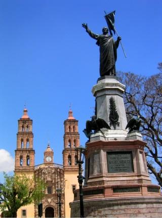 Parroquia de Nuestra Señora de los Dolores and statue of Father Hidalgo, Dolores Hidalgo zócalo