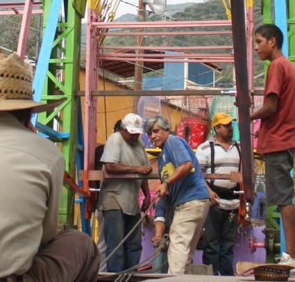 Ferris wheel assemble, Calle Colón, Ajijic, Jalisco