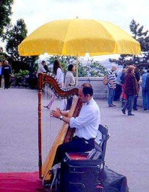 Street musician in front of Sacré Cœur